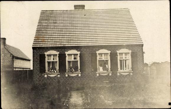 Foto Ak Greifenhagen Pommern, Ansicht eines Wohnhauses, Bewohner am Fenster
