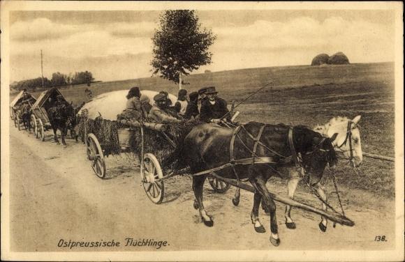 Ak Ostpreußen, Flüchtlinge mit Pferdewagen auf einer Landstraße