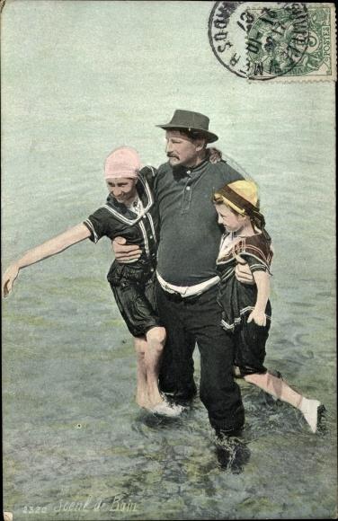 Ak Scene de Bain, Mann, Frau und Kind in Badekleidung
