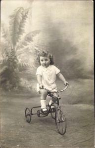 Foto Ak Kind auf einem Dreirad