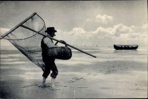Ak Fischer am Strand bei Ebbe, Netz und Korb