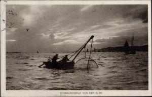 Ak Hamburg, Fischer mit ihrem Netz im Boot