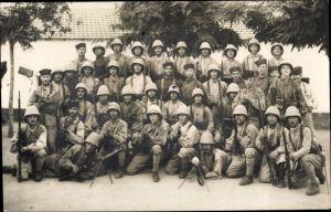 Foto Ak Französische Soldaten in Uniformen, Gewehre, Tropenhelme