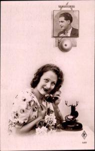 Ak Frau am Telefon, Mann, Glocke
