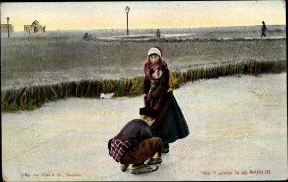 Ak Marken Nordholland, Junge und Mädchen in Volkstrachten beim Eislaufen