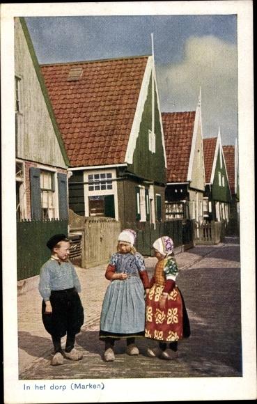 Ak Marken Nordholland, In het dorp, Junge und Mädchen in Volkstrachten