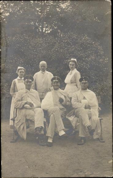 Foto Ak Deutsche Soldaten im Lazarett, Krankenschwestern 0