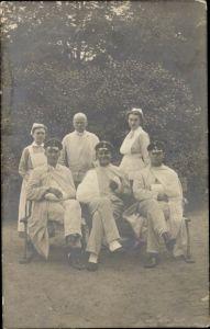 Foto Ak Deutsche Soldaten im Lazarett, Krankenschwestern