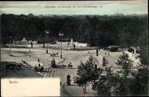 Ak Berlin Tiergarten, Denkmäler und Brunnen vor dem Brandenburger Tor, Straßenbahn