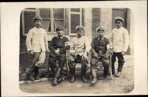 Foto Ak Deutsche Soldaten in Uniformen, Sanitäter, Militärärzte