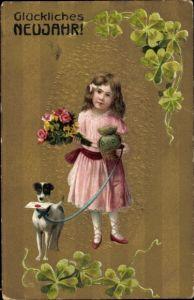 Präge Litho Glückwunsch Neujahr, Mädchen mit Blumenstrauß, Geldsack, Terrier mit Brief, Klee