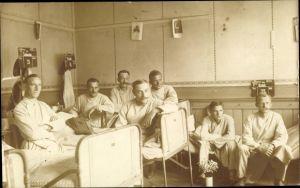 Foto Ak Lazarett, Militärärzte, Sanitäter, Zither, Krankensaal