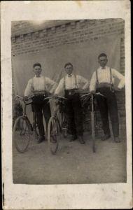 Foto Ak Drei junge Männer mit Fahrrädern