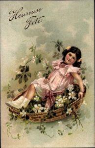 Präge Litho Glückwunsch Geburtstag, Mädchen auf Blumen liegend