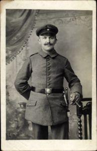Ak Deutscher Soldat in Uniform, Portrait, Zigarre