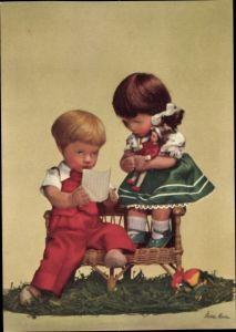 Ak Käthe Kruse Puppen, Junge und Mädchen auf einer Bank