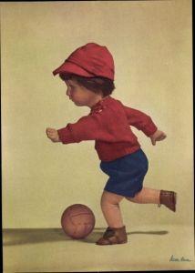 Ak Käthe Kruse Puppen, Junge spielt Fußball