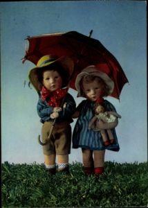 Ak Zwei Käthe Kruse Puppen in Puppenkleidern, Schirm