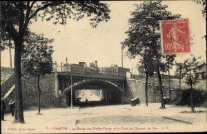 Ak Pantin Seine Saint Denis, La Route des Petits Ponts et le Pont du Chemin de Fer