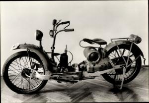 Ak Marxzell BW, Fahrzeug Museum, Near a Car, Zweitakt Motor mit Reibradantrieb