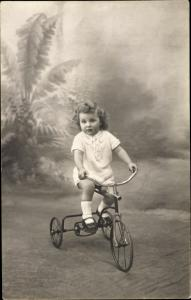 Foto Ak Kind auf Dreirad, Portrait