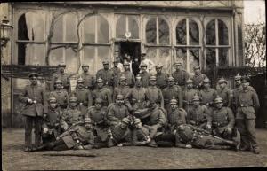 Foto Ak Deutsche Soldaten in Uniformen, Gruppenportrait vor einem Lazarett