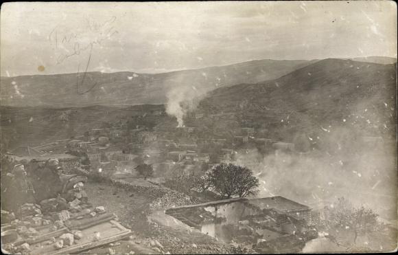Foto Ak Rachaya Libanon, Brennende Ortschaft, Kriegszerstörungen