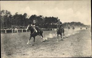 Ak Soldaten auf Pferden, Pferderennen, Zuschauertribünen