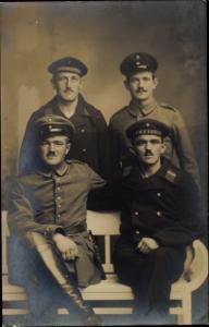 Foto Ak Deutsche Soldaten und Seeleute in Uniform, Gruppenbild