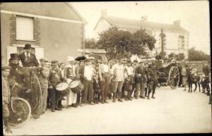Foto Ak Hochrad, Menschengruppe, Kutsche, Pony, Trommeln