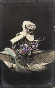Ak Frau in einem Flugzeug, Fotomontage, Hut