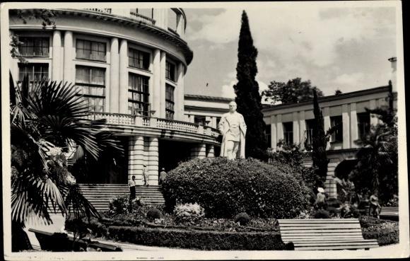Ak Jalta Krim Ukraine, Blick auf ein Denkmal, Gebäude, Statue