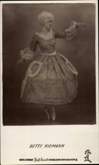 Ak Schauspielerin Betty Riemann, historisches Kostüm, Kleid