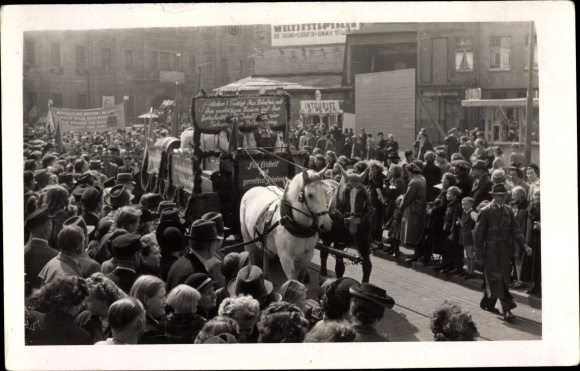 Foto Ak Erfurt, 1. Mai, Festumzug, Für Einheit und gerechten Frieden, Weltfestspiele der Jugend 1951