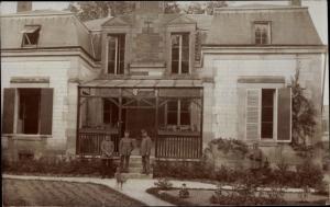 Foto Ak Deutsche Soldaten in Uniform, Gruppenbild vor einem Haus