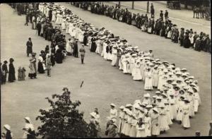 Foto Ak Erfurt in Thüringen, Festzug, Frauen in weißen Kleidern und mit Hüten, Zuschauer