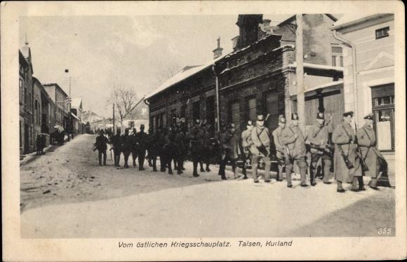 Ak Talsen Kurland Lettland, Östlicher Kriegsschauplatz, deutsche Soldaten im Marsch