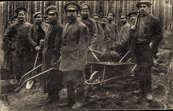 Ak Zossen Wünsdorf in Brandenburg, Gefangenenlager, Kriegsgefangene bei der Waldarbeit, Schubkarre