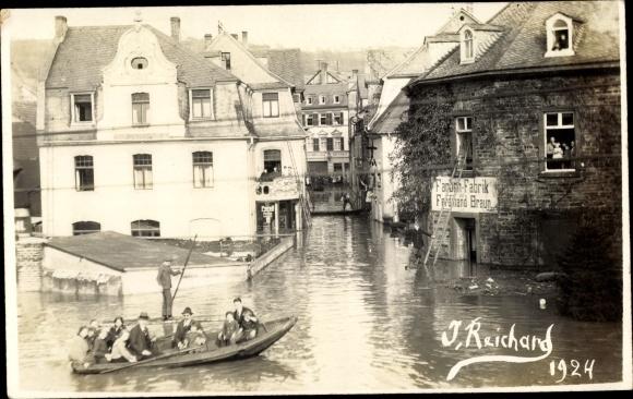 Foto Ak Überschwemmung eines Ortes 1924, Farbenfabrik Ferdinand Braun, Ruderpartie