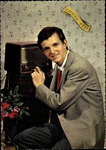Ak Glückwunsch, Mann in Anzug am Radio, Rosenvase