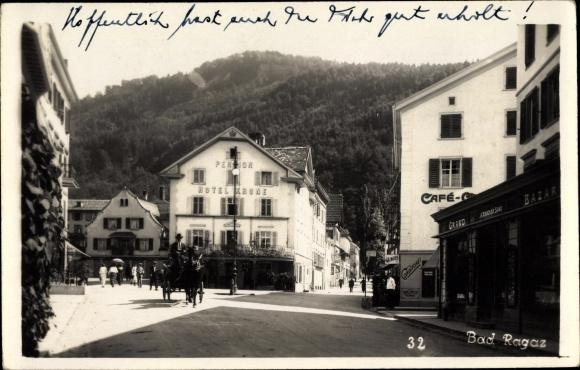 Foto Ak Bad Ragaz Kanton St. Gallen, Straßenpartie, Hotel Krone