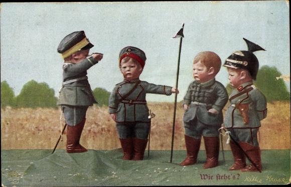 Ak Käthe Kruse Puppen als Soldaten, Ulaner Helm, Wie steht's, Wohlgemuth & Lissner Primus 1081