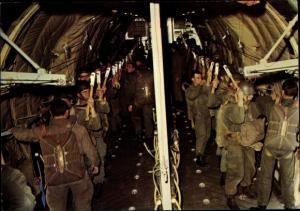 Ak Französische Fallschirmjäger, Regiment parachutiste, Debout, Accrochés, Transall