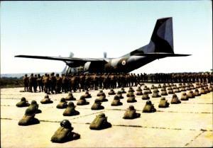 Ak Französische Fallschirmjäger, Regiment parachutiste, Embarquement Transall