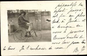 Foto Ak Junge auf einem Dreirad