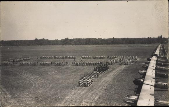 Foto Ak Französische Militärflugzeuge auf einem Flugplatz, Soldaten