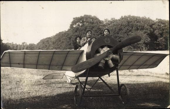 Foto Ak Frauen in einem Flugzeug, Monoplan