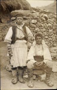Foto Ak Serbien?, Zwei junge Männer in Trachten, Bauern