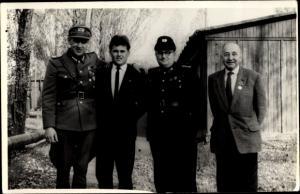 Foto Ak Zwei Soldaten und zwei Männer in Anzügen, NVA, DDR