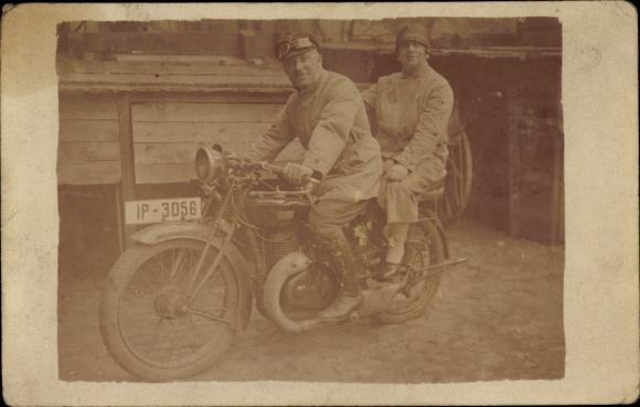 Foto Ak Mann und Frau auf Motorrad, Kennzeichen IP 3056